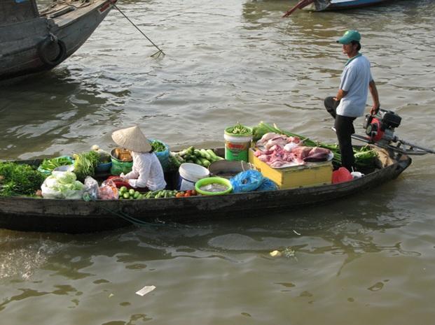 А так долають конкуренцію на річці Меконг у В'єтнамі – на таких човнах закупляють продукти навіть до п'ятизіркових готелів