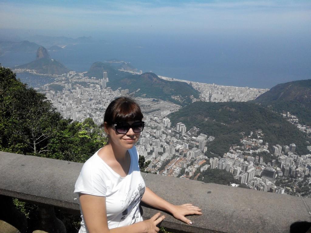 Вигляд на Ріо-де-Жанейро з підніжжя легендарної статуї Хреста. Холм Корковадо.