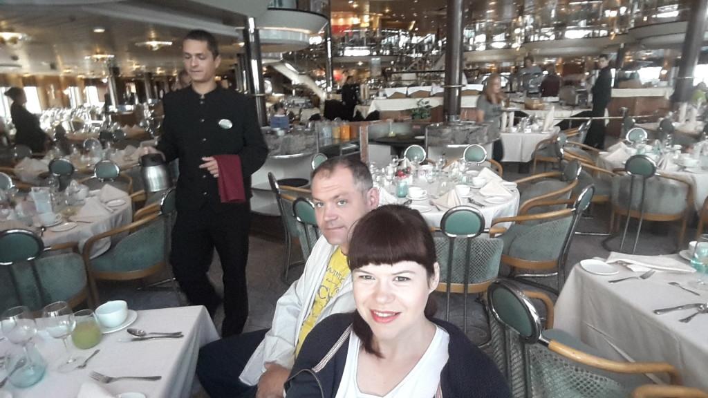 Чекаємо своє замовлення в ресторані океанського лайнеру!
