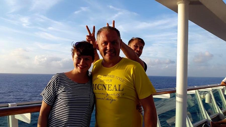Як можна зіпсувати таке пафосне фото на лайнері посред Анлантики? А вони можуть!