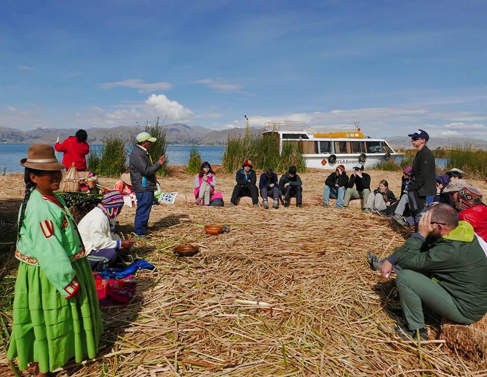 Мандри - інша реальність, всі покоління є єдиним цілим. На озері Тітікака в Перу.